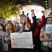 מפגינים, חלקם בלארוסים, מחזיקים בכרזות הקוראות לשחרור אסירים פוליטיים, מול שגרירות בלארוס במוסקווה (צילום: AP Photo/Alexander Zemlianichenko)