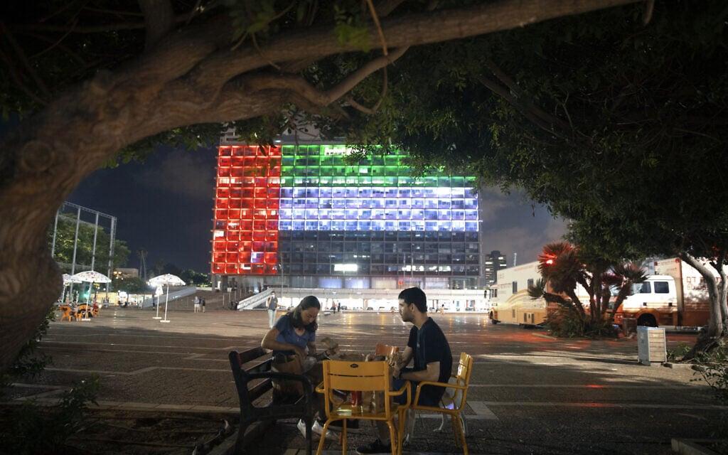 דגל איחוד האמירויות בכיכר רבין בתל אביב, 14 באוגוסט 2020 (צילום: AP Photo/Oded Balilty)