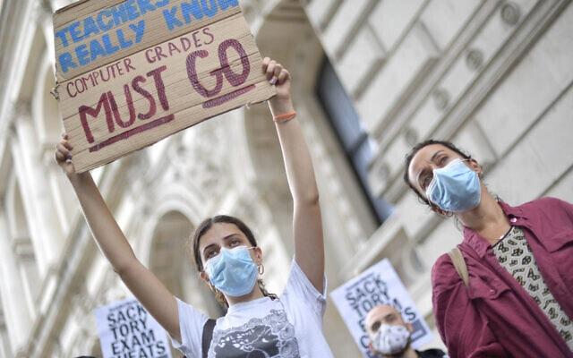 תלמידים מוחים נגד החלטת ממשלת בריטניה לחלק ציוני בגרות לפי אלגוריתם, 14 באוגוסט 2020 (צילום: Victoria Jones/PA via AP)