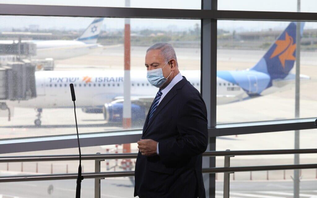 """בנימין נתניהו בנתב""""ג בארוע פתיחה מחדש של שדה התעופה לטיסות מסחריות ליוון ובולגריה, 17 באוגוסט 2020 (צילום: Emil Salman/Pool via AP)"""