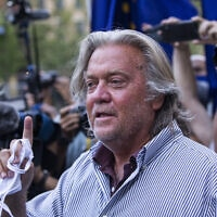 סטיב באנון מחוץ לבית המשפט בניו יורק, אחרי שכפר באשמות שהוגשו נגדו. 20 באוגוסט 2020 (צילום: AP Photo/Eduardo Munoz Alvarez)