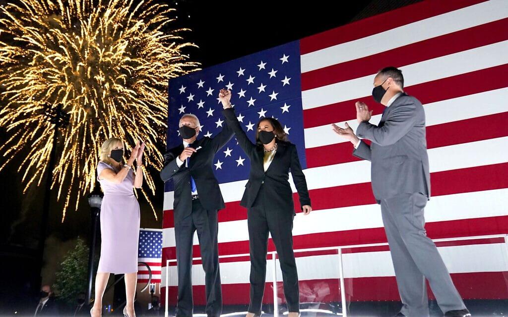 ג'ו ביידן וקמלה האריס, עם בני זוגם, על רקע הזיקוקים בסיום הוועידה הדמוקרטית, ב-20 באוגוסט 2020 (צילום: AP Photo/Andrew Harnik)