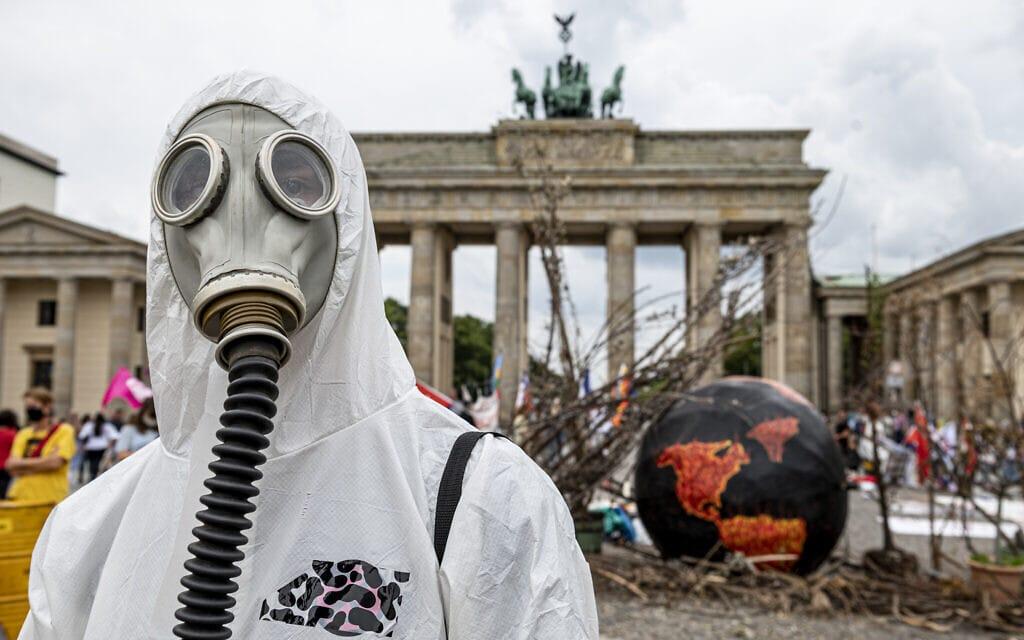 מיצג לציון יום החריגה בגרמניה, 22 באוגוסט 2020 (צילום: Fabian Sommer/dpa via AP)