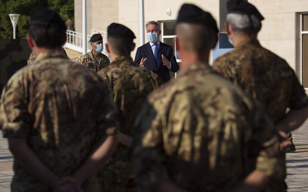 שר ההגנה האיטלקי מבקר בבית חולים שדה צבאי איטלקי בלבנון, אוגוסט 2020 (צילום: AP Photo/Hassan Ammar)