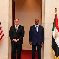 שר החוץ של ארצות הברית מייק פומפאו ומנהיג סודאן עבד אל-פתאח אל-בורהאן בחרטום, 25 באוגוסט 2020 (צילום: Sudanese Cabinet via AP)