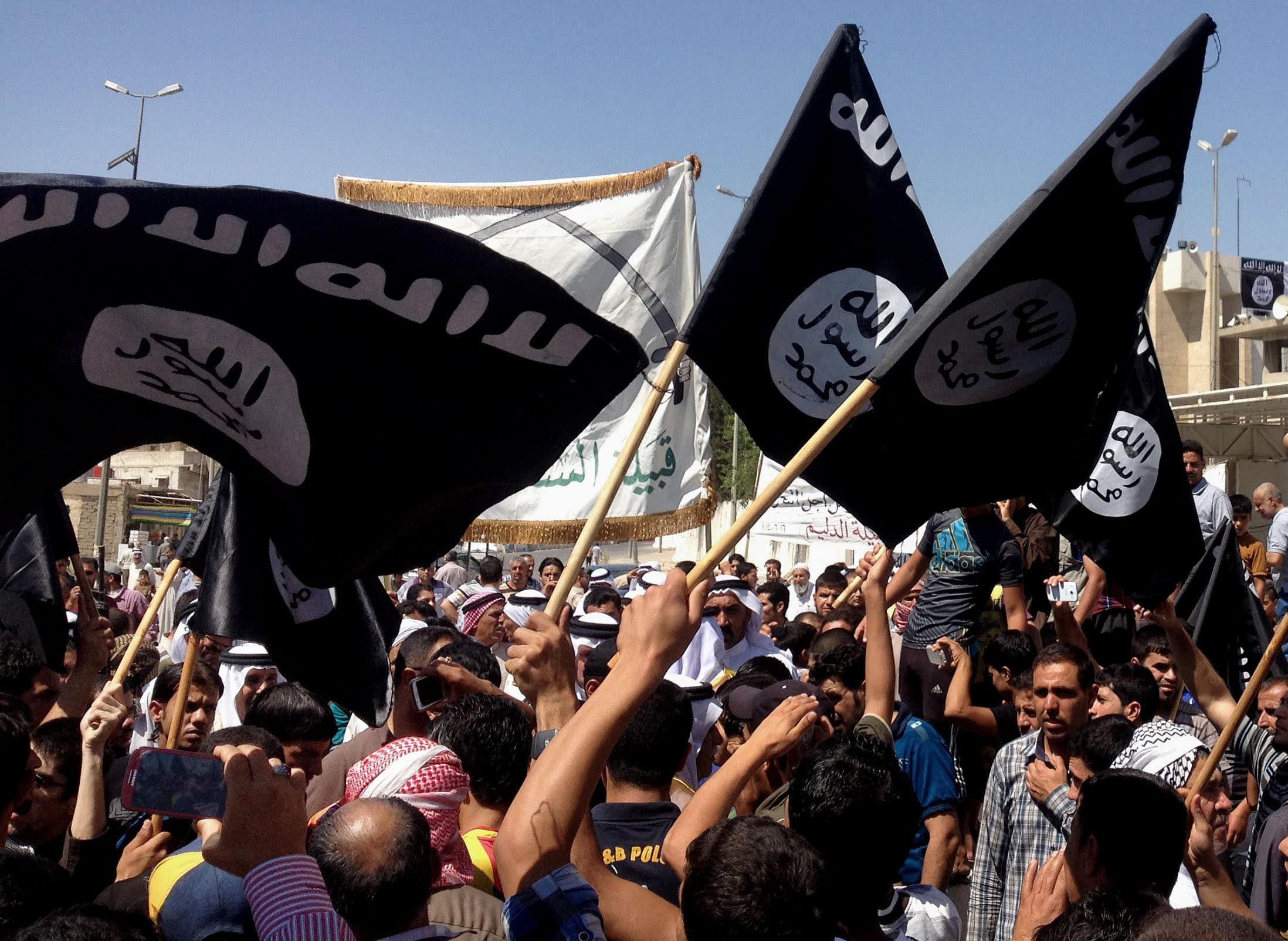 """מפגינים למען דאע""""ש במוסול, עם כניסת הכוחות לעיר, ב-16 ביוני 2014 (צילום: AP Photo)"""