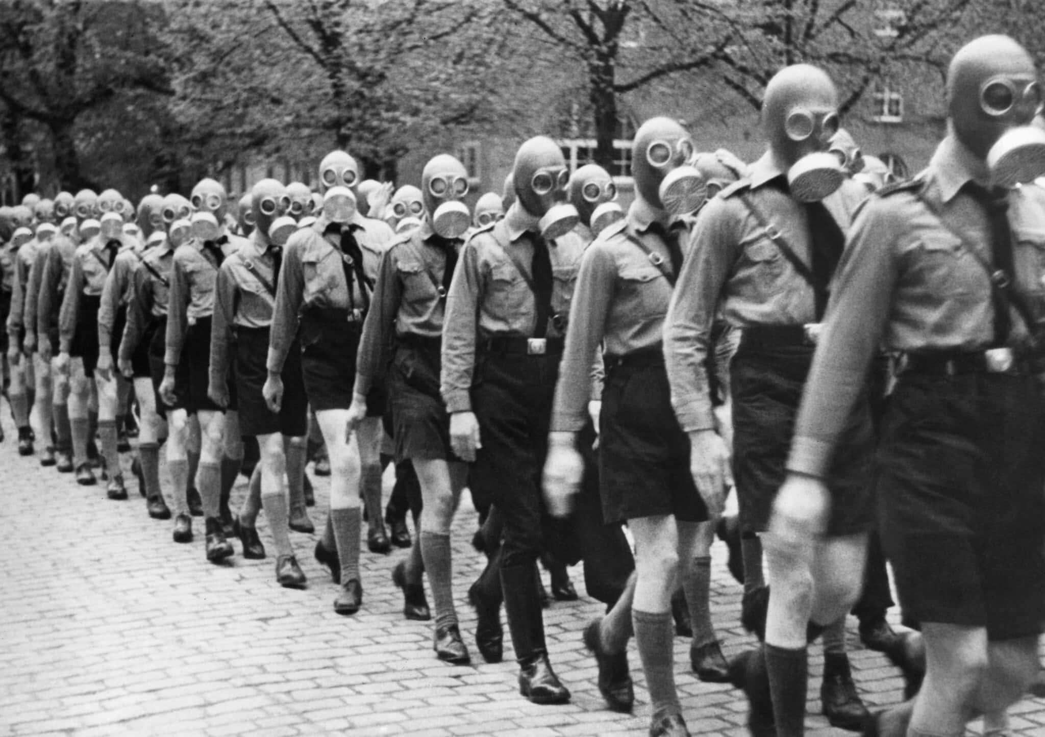 נוער היטלר מתאמן בחבישת מסכות גז, 19391 (צילום: AP)