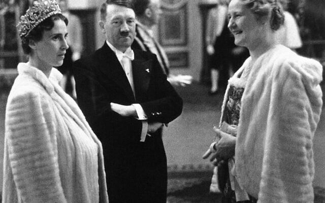 היטלר באופרה של ברלין, 1939. משמאלו: אולגה נסיכה יגוסבליה, מימינו: אשתו של גרינג (צילום: AP)