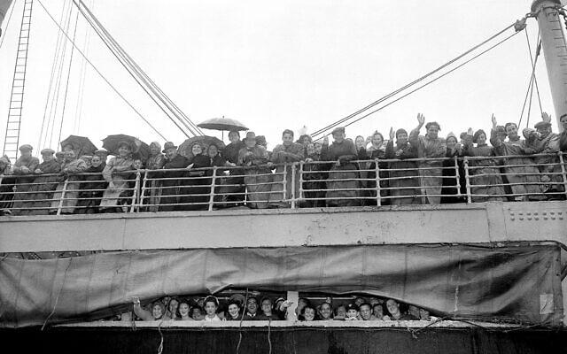 אילוסטרציה: פליטים יהודים מבריטניה מקבלים מבט ראשון על צפון אמריקה עם הגעתם לנמל הליפקס, נובה סקוטיה, קנדה, 19 ביוני 1940. הם היו בדרכם להתחיל חיים חדשים בעיר ניו יורק (צילום: AP)