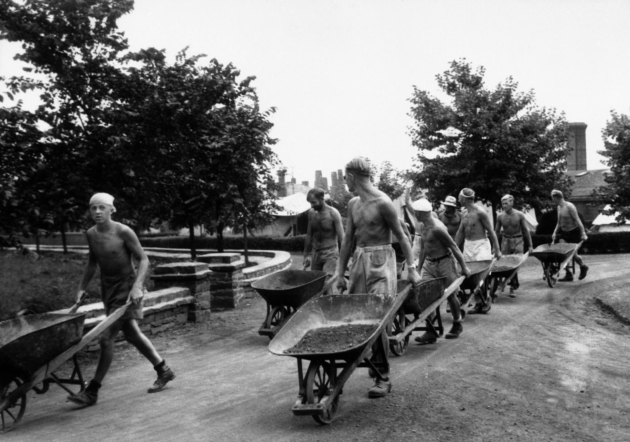 קבוצת שבויי מלחמה נאצים חוזרים מיום עבודה בשדות של מחנה מעצר קנדי, 28 באוגוסט 1940 (צילום: AP)
