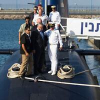 """ראש הממשלה נתניהו חונך את הצוללת אח""""י תנין, ספטמבר 2014 (צילום: AP Photo/Amir Cohen, Pool)"""