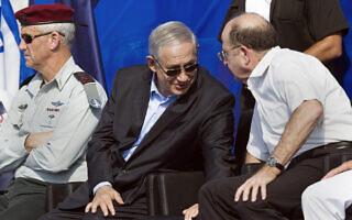 """שר הביטחון יעלון, ראש הממשלה נתניהו והרמטכ""""ל גנץ מקבלים את הצוללת אח""""י תנין, ספטמבר 2014 (צילום: AP Photo/Amir Cohen, Pool)"""