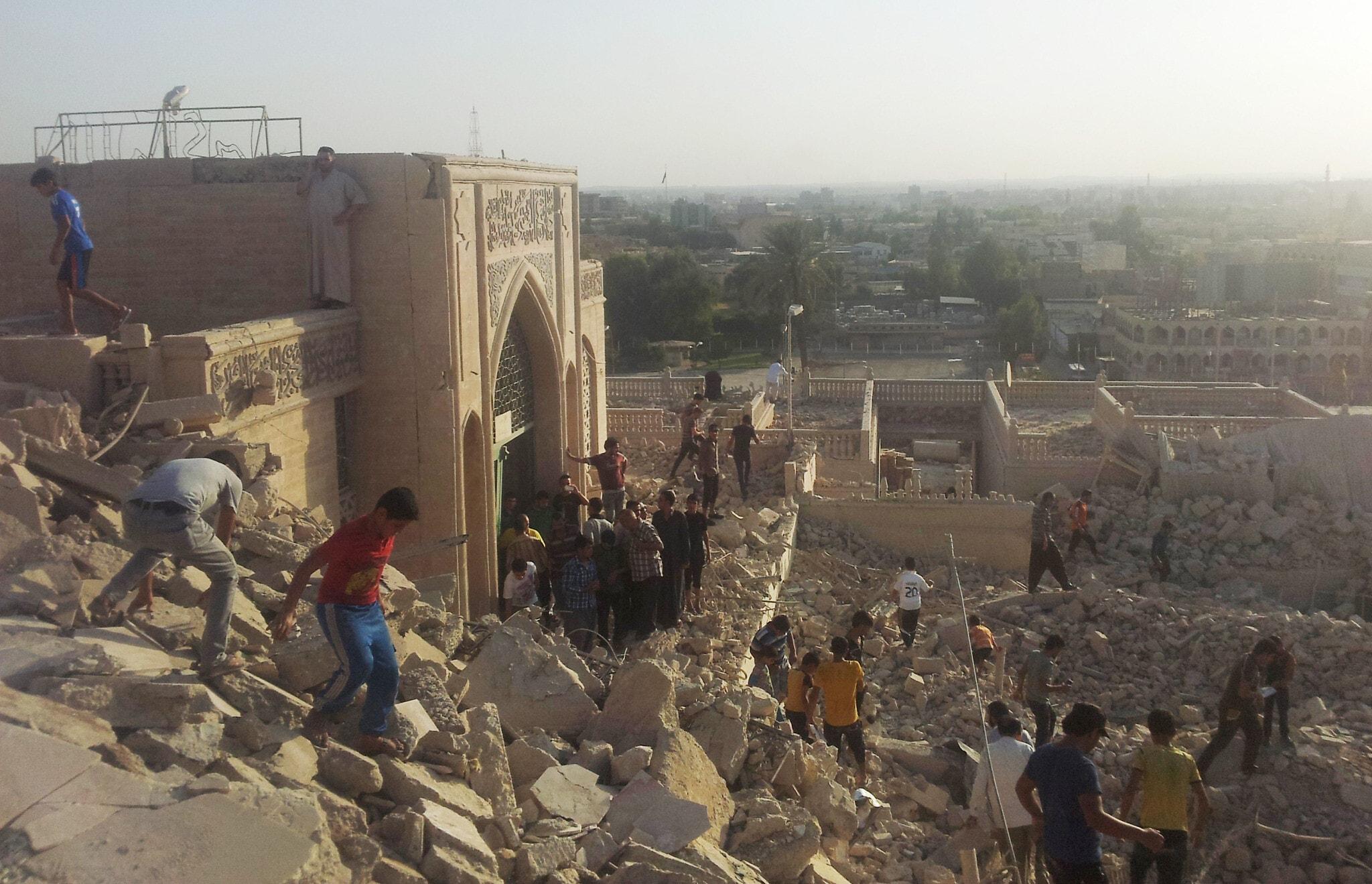 """מסגד הנביא יונה במוסול שנהרס על ידי כוחות דאע""""ש. 24 ביולי 2014 (צילום: AP Photo)"""