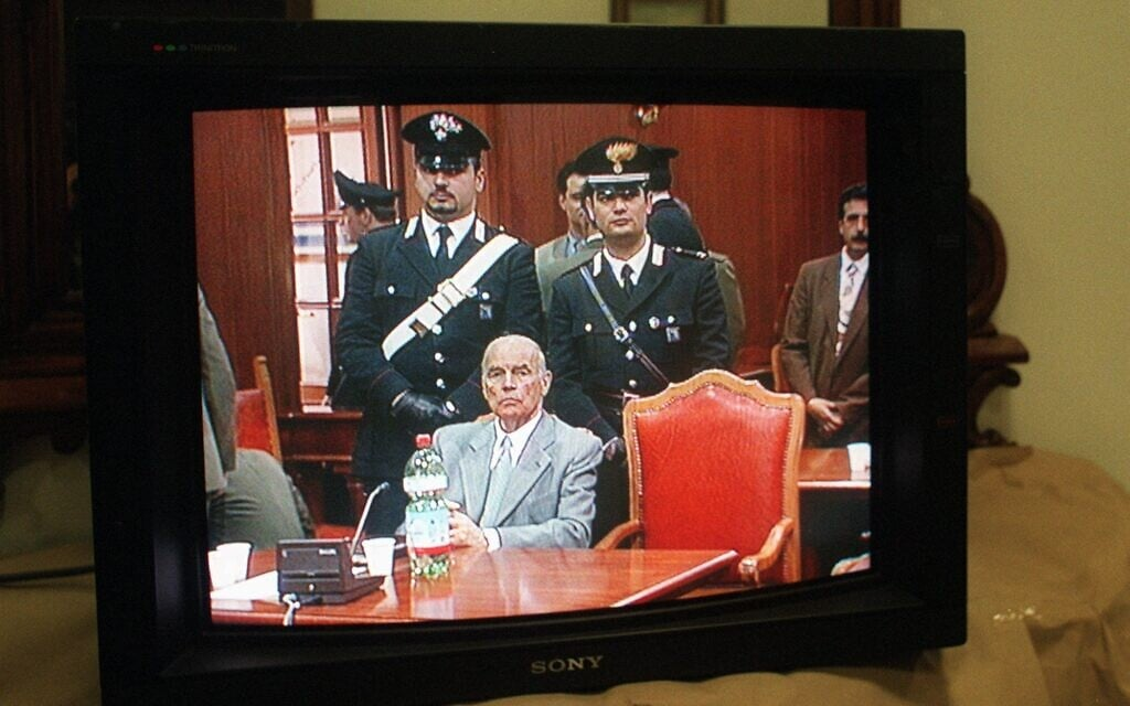 אילוסטרציה, שידור משפטו של הפושע הנאצי אריך פריבקה, שהורשע במעורבות בטבח בפוסה ארדיאטינה, 1996 (צילום: Ap Photo/Angelo Scipioni)