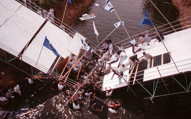 כוחות הצלה ישראליים מפנים את חברי המשלחת האוסטרלית למכביה מהגשר שקרס אל תוך נהר הירקון, תל אביב, 14 ביולי 1997 (צילום: AP/ג'רמי פלדמן)