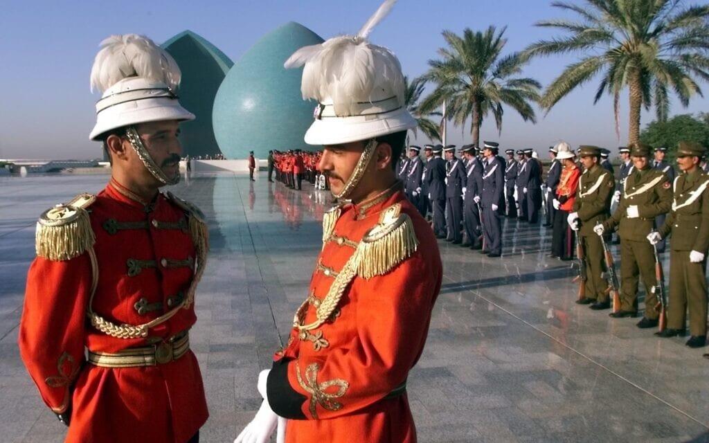 טקס צבאי בעיראק לזכר הרוגי המלחמה עם איראן, 1998 (צילום: AP Photo/Jockel Finck)