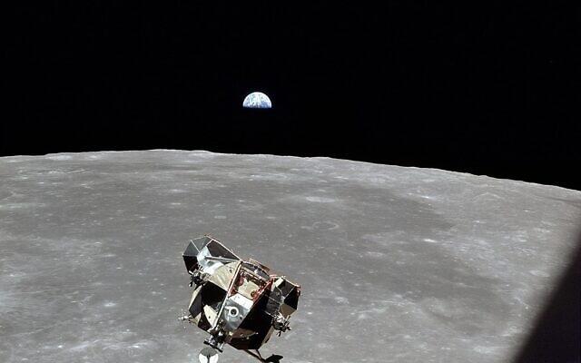 אפולו 11 על רקע הירח (נאסא)