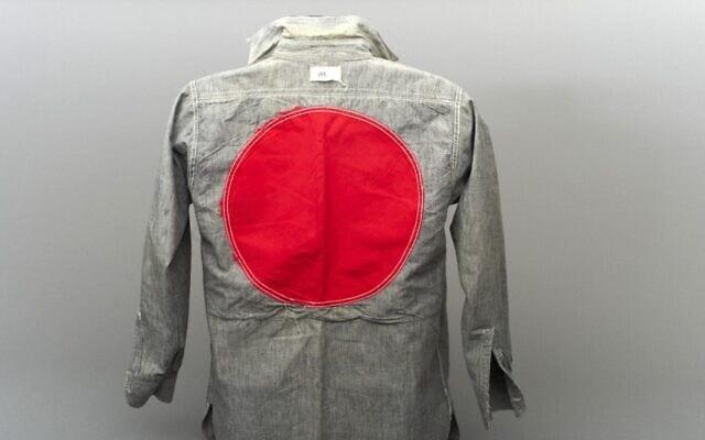 """חולצת אסיר ממחנה I באיל או נואה, קוויבק, סביבות 1941-1940. החולצה הייתה שייכת לאסיר אלפרד באדר, שהגיע לקנדה על האנייה """"סובייסקי"""" ונכלא למשך 15 חודשים (צילום: ג'סיקה בושי/ באדיבות אלפרד באדר)"""