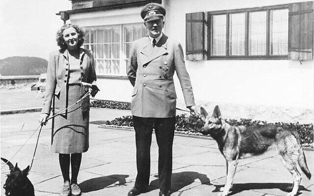 אדולף היטלר ואווה בראון עם הכלבים שלהם, יוני 1942 (צילום: הארכיון הפדרלי הגרמני)