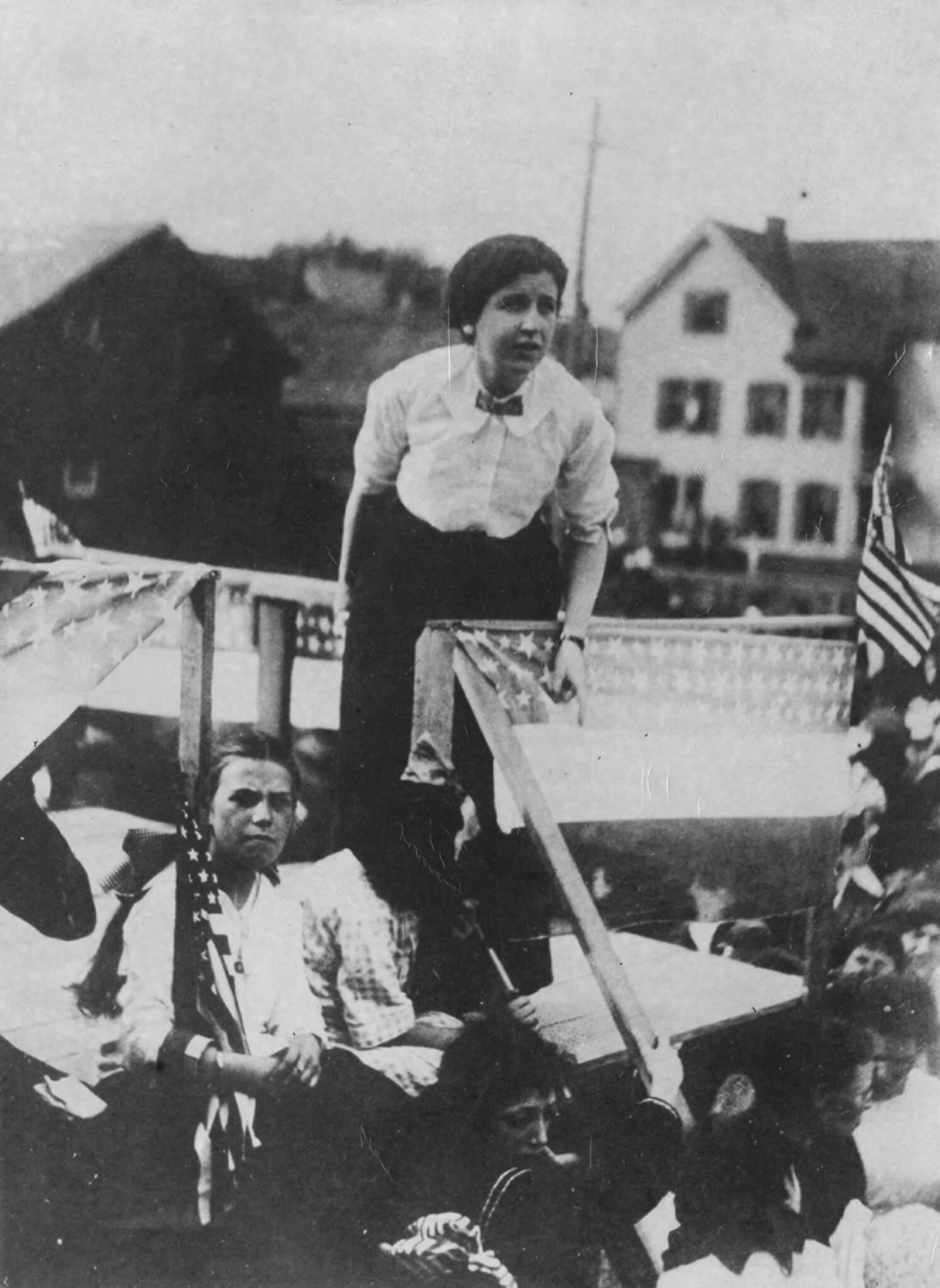 הנואמות המשלהבות אמה גולדמן (למעלה), במהלך אחד מנאומיה הרבים, ואליזבת גורלי פלין (צילום: ספריית וולטר פ' רויטר, ארכיון העבודה והעניינים האורבניים, אוניברסיטת ויין סטייט)