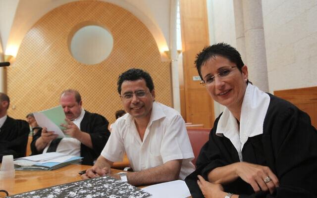העיתונאי יואב יצחק עם עו״ד שולמית אשבול בבית המשפט העליון. יוני 2010 (צילום: צילום יוסי זמיר / Flash90)