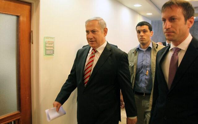 בנימין נתניהו ודובר ראש הממשלה לשעבר, גידי שמרלינג (תצלום ארכיון 2011) (צילום: Sellem/POOL/FLASH90)