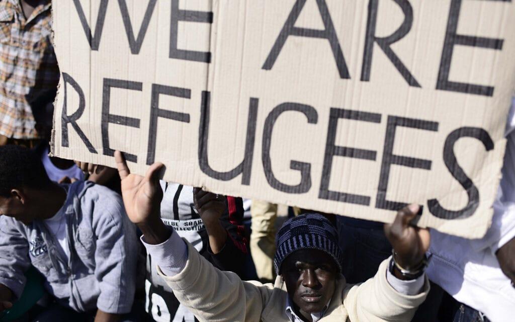 """.הפגנת מבקשי מקלט, ביניהם מאריתראה וסודן, מול שגרירויות ארה""""ב ואירופה בתל אביב (צילום: Tomer Neuberg/FLASH90)"""