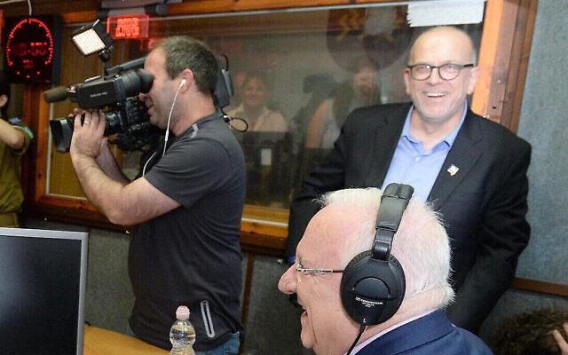 """נשיא המדינה, ראובן ריבלין, מתארח באולפני הרדיו גל""""צ וגלגל""""צ. מימין: ירון דקל, מפקד התחנה. מאי 2017 (צילום: Mark Neyman/GPO)"""