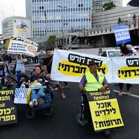 מחאת הנכים ב-31 במאי 2018. המפגינים חסמו את נתיבי איילון בתל אביב, בסמוך לדרך השלום (צילום: תומר נויברג/פלאש90)