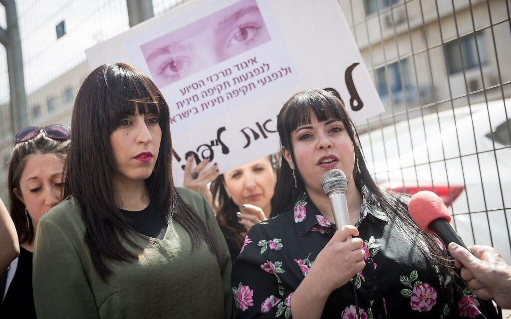האחיות האוסטרליות ניקול מאייר (משמאל) ודסי ארליך (מימין) משתתפות בהפגנה ב-13 במרץ 2019 מחוץ לבית המשפט המחוזי בירושלים לאחר שימוע הסגרה למלכה לייפר, לשעבר מנהלת בית ספר לבנות, המבוקשת באשמת התעללות מינית באוסטרליה (צילום: יונתן זינדל/פלאש 90)