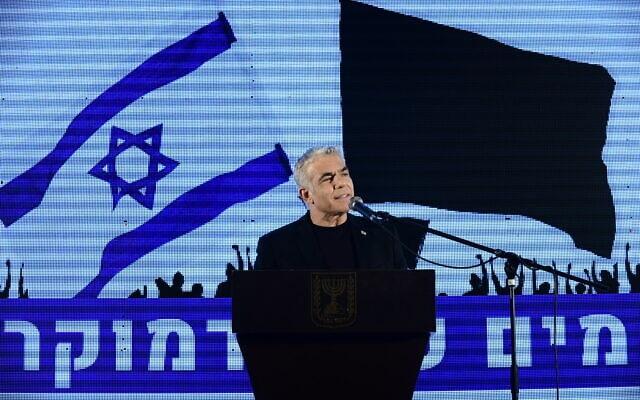יאיר לפיד נואם בהפגנה נגד נתניהו בכיכר רבין, ב-19 באפריל 2020 (צילום: תומר נויברג/פלאש90)