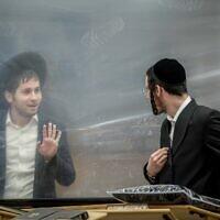 אילסוטרציה, צעירים חרדים לומדים בקפסולות בישיבה בירושלים, מאי 2020 (צילום: Yonatan Sindel/Flash90)