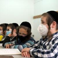 תלמידים לובשים מסכות בבית ספר ברחובות. מאי 2020 (צילום: Yossi Zeliger/Flash90)