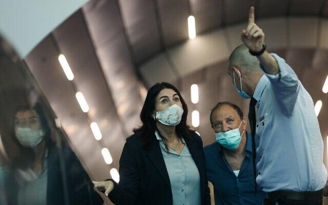 מירי רגב, שרת התחבורה, מסיירת בתחנת הרכבת החדשה בירושלים, יוני 2020 (צילום: Yonatan Sindel/Flash90)