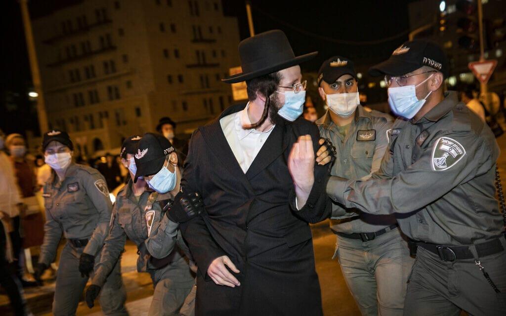 חרדי מתעמת עם המשטרה בהפגנות בשכונת רוממה, ב-13 ביולי 2020 (צילום: אוליביה פיטוסי/פלאש90)