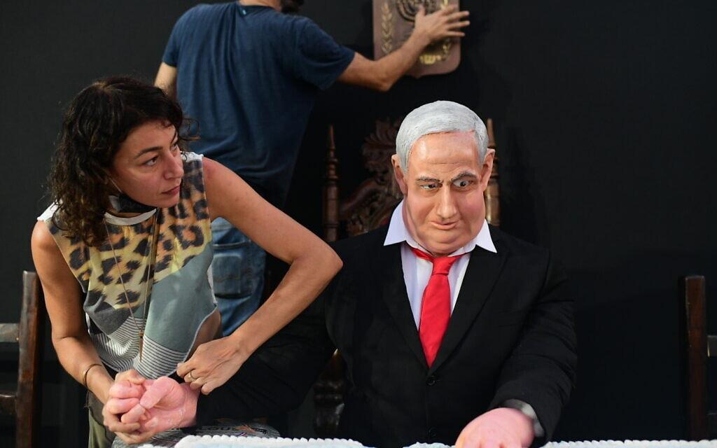 """דמותו של נתניהו במיצב """"הסעודה האחרונה"""" בכיכר רבין בתל אביב, יולי 2020 (צילום: Tomer Neuberg/Flash90)"""