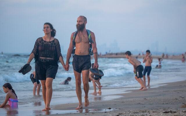 אילוסטרציה, קיץ בימי קורונה, 31 ביולי 2020, חוף פלמחים, למצולמים אין קשר לנאמר (צילום: Yossi Aloni/Flash90)