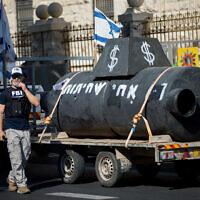 מחאה מחוץ לביתו של ראש הממשלה עם מיצג של צוללות (צילום: Yonatan Sindel/Flash90)