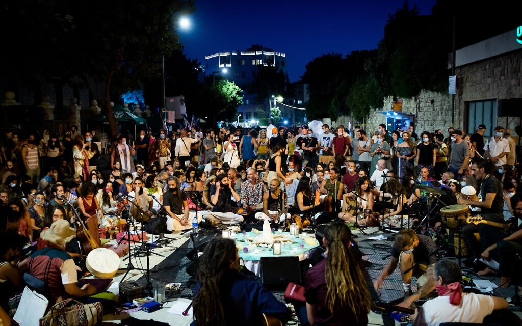 """הפגנה שקטה ליד מעון רה""""מ בירושלים, 4 באוגוסט 2020 (צילום: יונתן סינדל / פלאש 90)"""