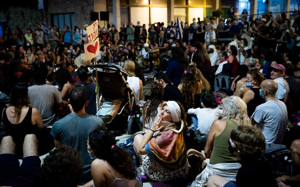 מחאה שקטה נגד ראש הממשלה בנימין נתניהו מחוץ למעונו בבלפור בירושלים, 4 באוגוסט 2020 (צילום: יונתן סינדל / פלאש 90)