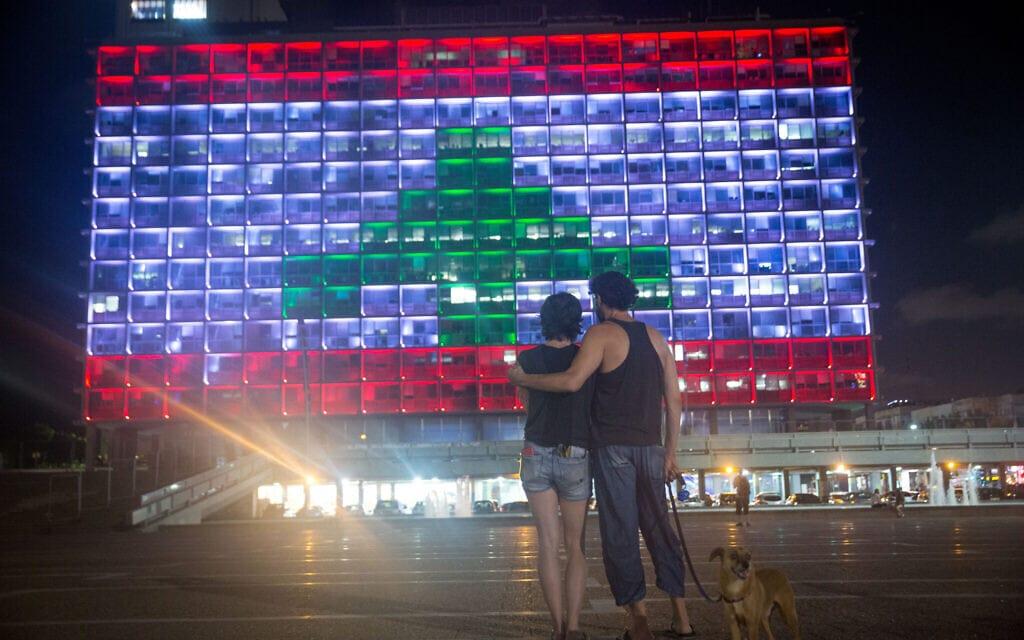 .בנין עירית תל אביב מואר בצבעי דגל לבנון אחרי אסון נמל ביירות (צילום: Miriam Alster/Flash90)