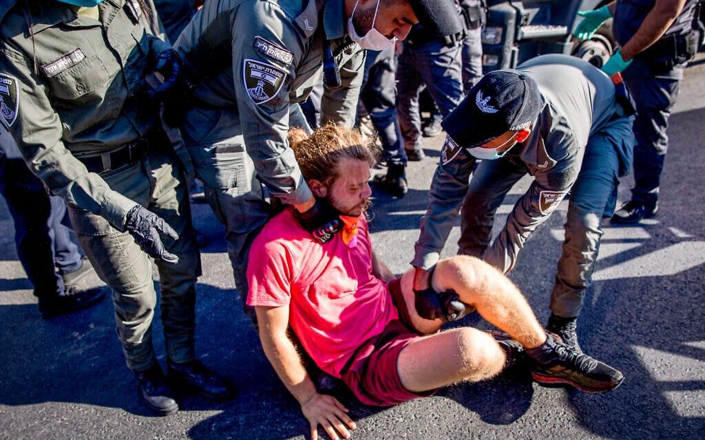 פקחי עיריית ירושלים מפנים מאהל מחאה נגד בנימין נתניהו בגן העצמאות בירושלים, 7 באוגוסט 2020 (צילום: יונתן סינדל / פלאש 90)