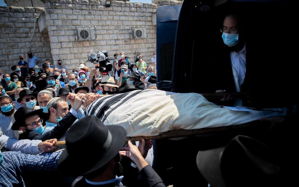 הלווייתו של הרב עדין שטיינזלץ בבית הלוויות שמגר בירושלים, 7 באוגוסט 2020 (צילום: יונתן סינדל / פלאש 90)