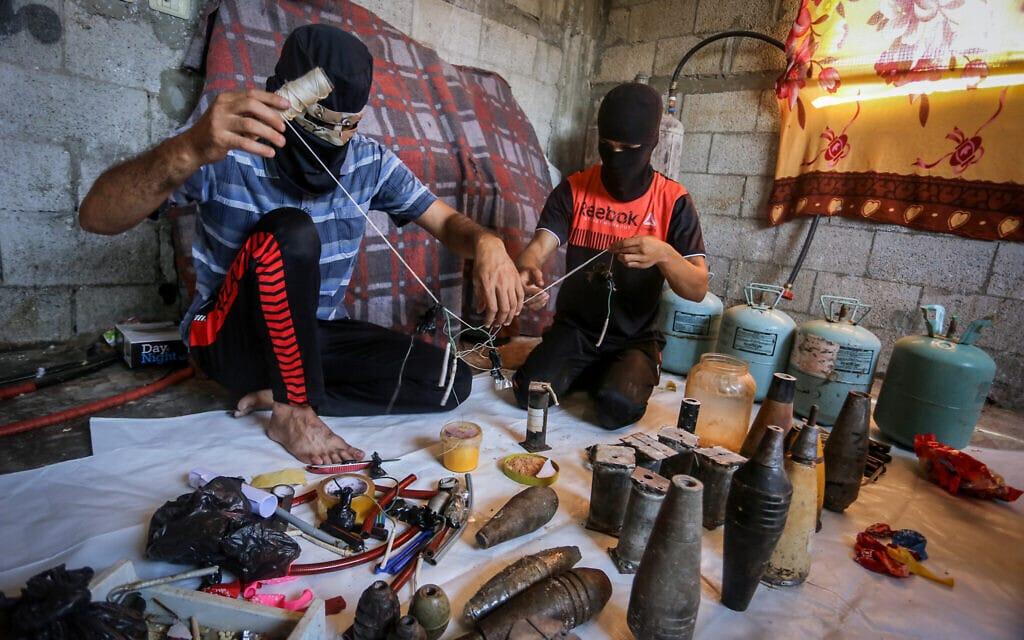 פלסטינים מכינים בלוני תבערה ברצועת עזה, 8 באוגוסט 2020 (צילום: Abed Rahim Khatib/Flash90)