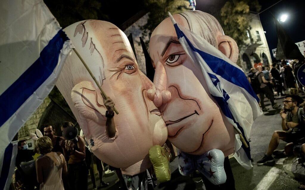 בובות מתנפחות של בנימין נתניהו ובני גנץ בהפגנה בבלפור (צילום: Yonatan Sindel/Flash90)