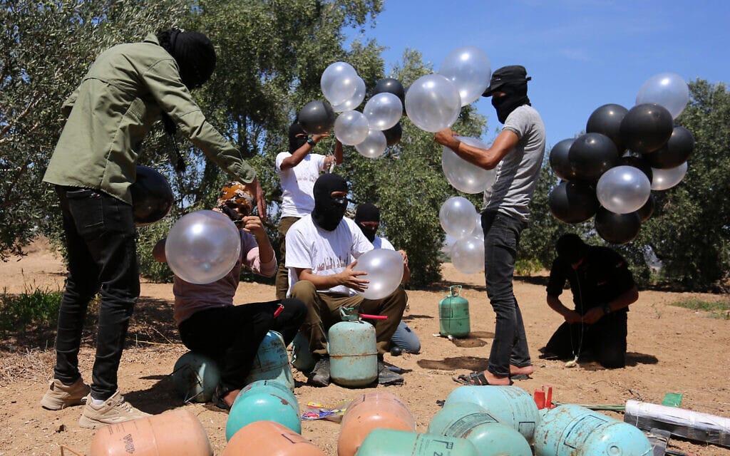 פלסטינים מכינים בלוני תבערה ברצועת עזה, 10 באוגוסט 2020 (צילום: Abed Rahim Khatib/Flash90)