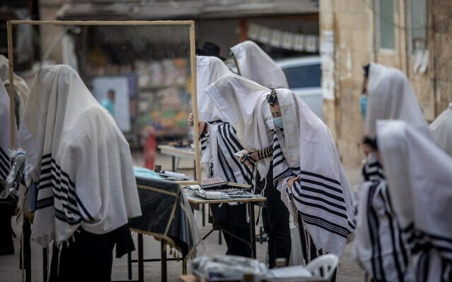 מתפללים מחוץ לבית הכנסת. אוגוסט 2020 (צילום: Yonatan Sindel/Flash90)
