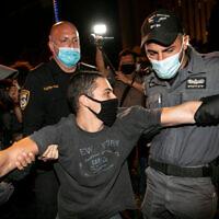 מעצרים במהלך ההפגנה במתחם בלפור, 15 באוגוסט 2020 (צילום: אוליבייה פיטוסי/פלאש90)