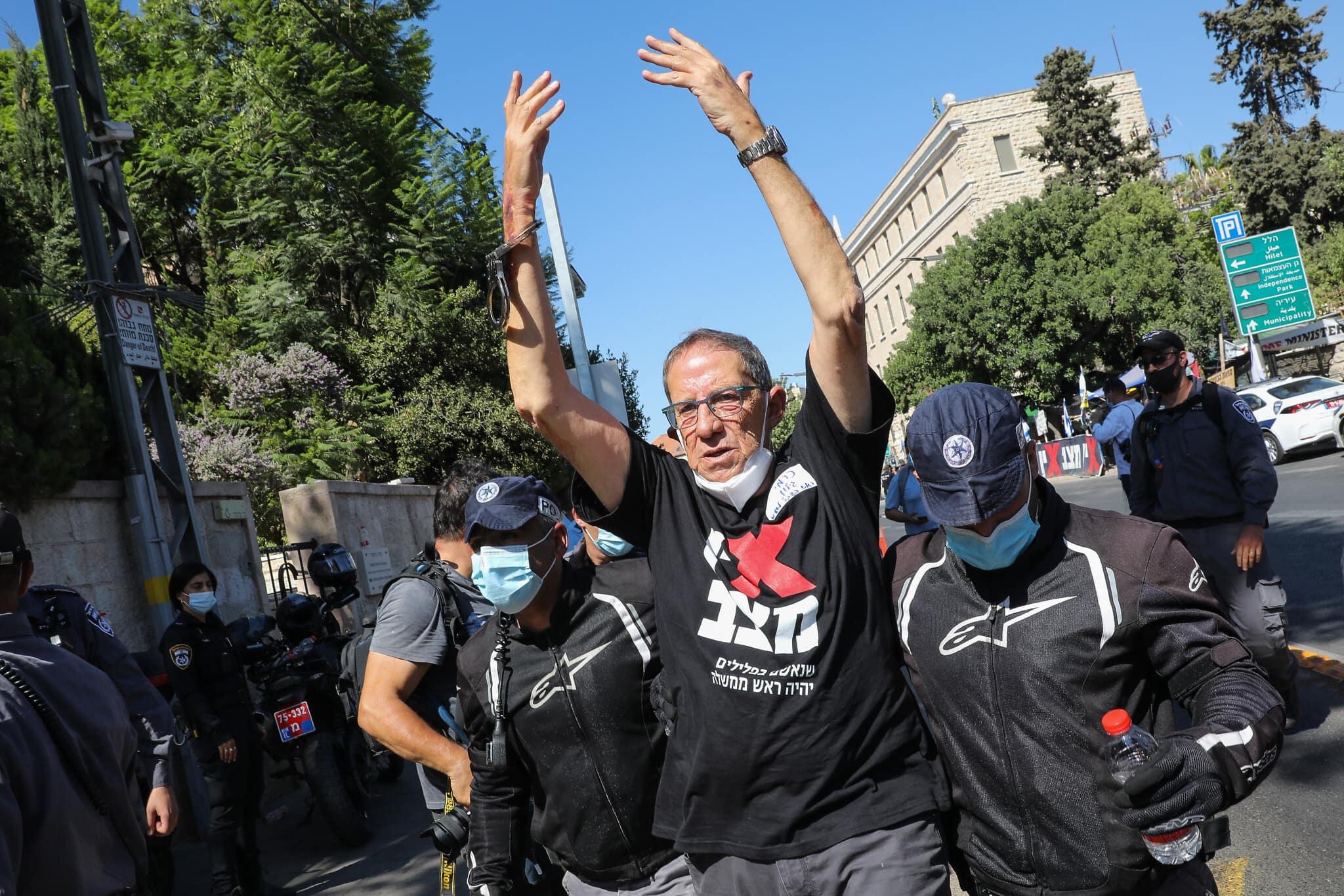 כרמי גילון נגרר על ידי שוטרים ממאהל בלפור (צילום: Olivier Fitoussi/Flash90)