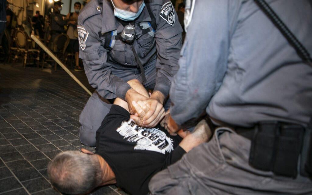 אבי קדיש נעצר על ידי המשטרה במחאה בירושלים, ב-22 באוגוסט 2020 (צילום: אוליבייה פיטוסי/פלאש90)